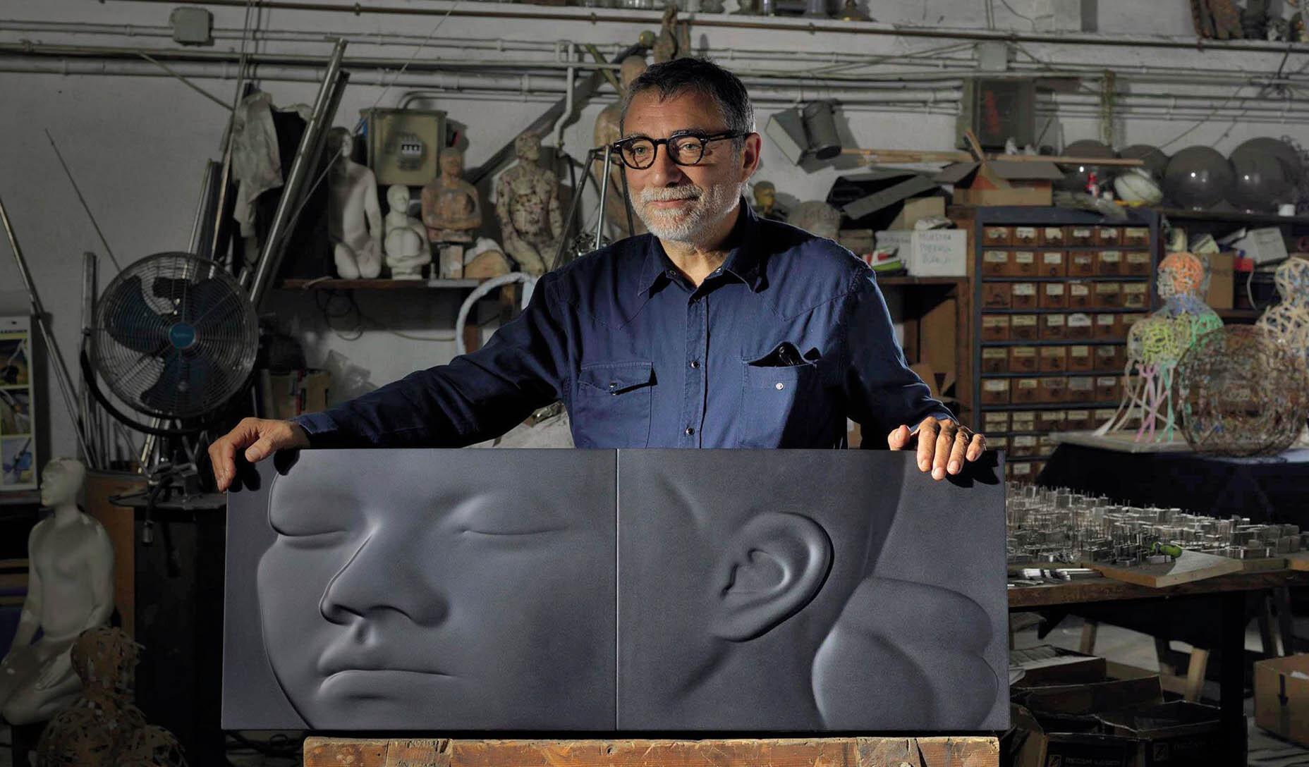 Artist Jaume Plensa standing with his Artika publication